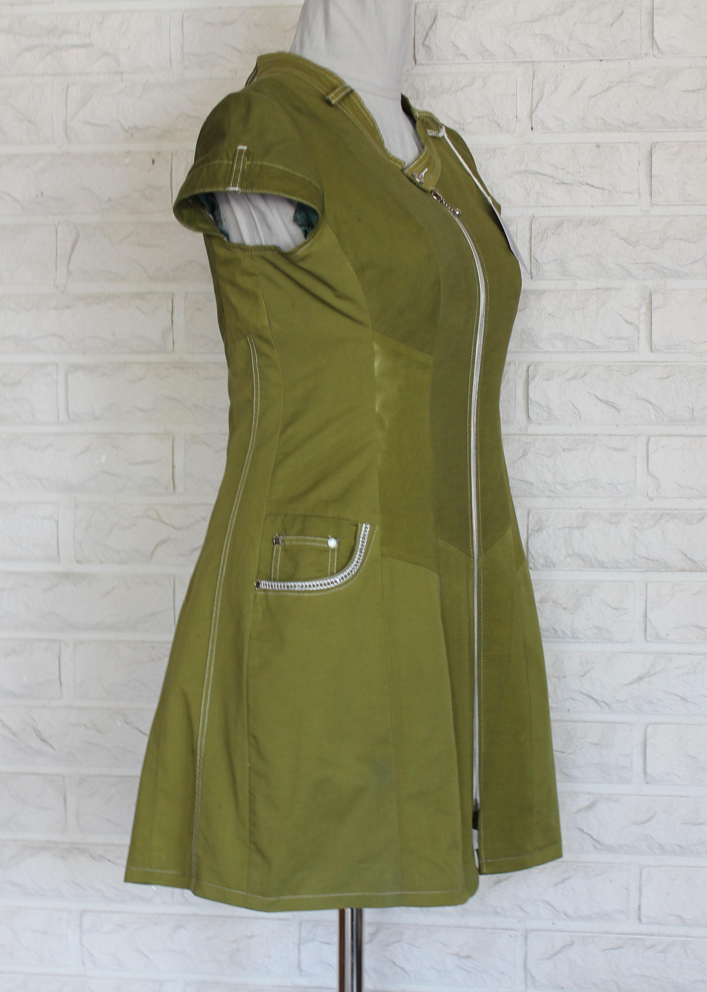 Ruohonvihreä mekko sivutaskuilla.