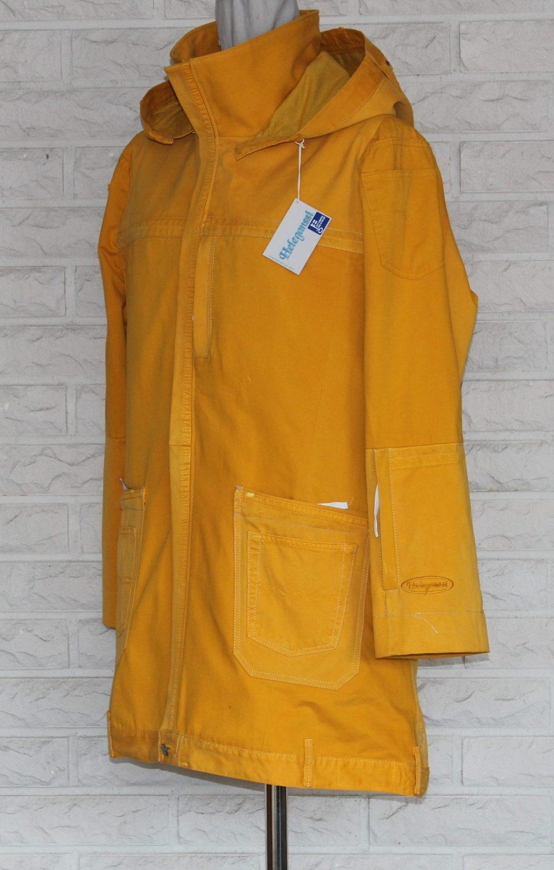 Miesten polvimittainen takki, jossa edessä päällisessä vetoketjullinen tasku kännykälle.